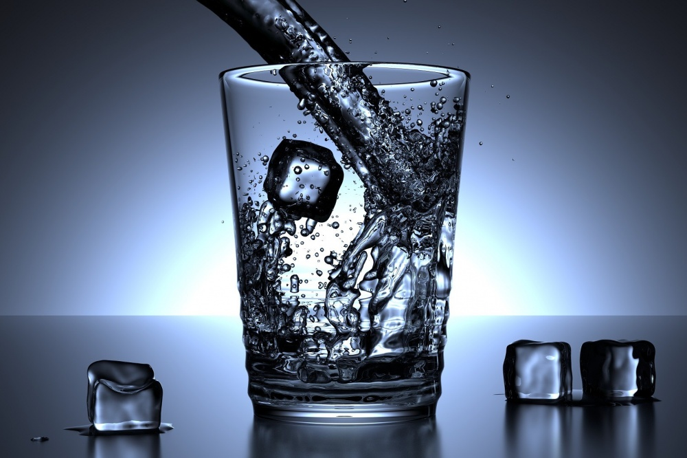 bere bicchiere acqua